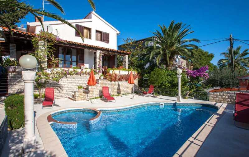 Дом со своим бассейном в аренду в Милочере