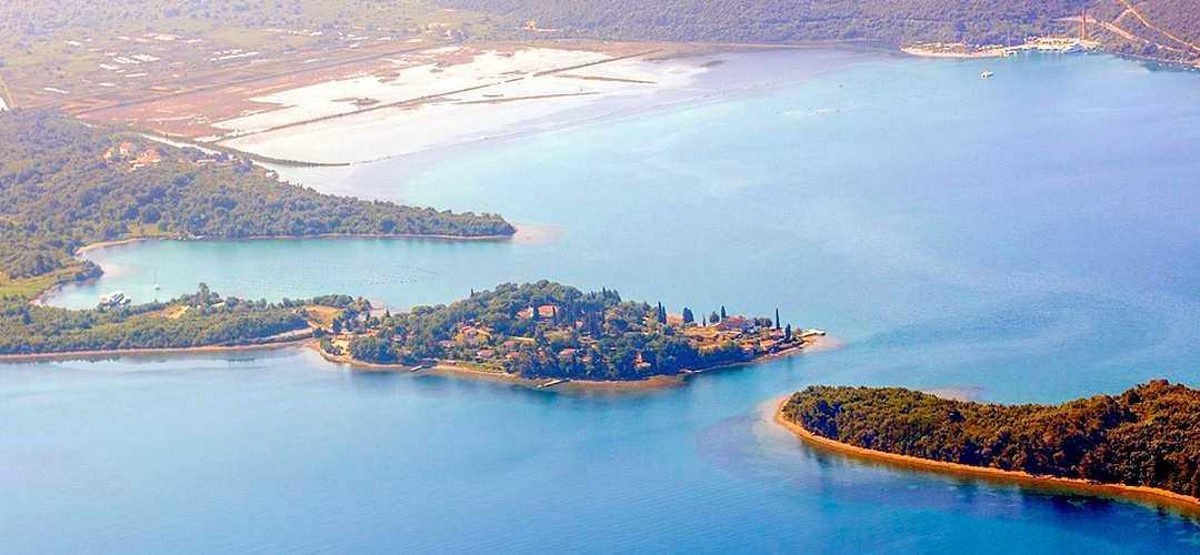 Пляж острова Цветов в Тивате